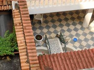 Esta foto fue enviada por la Periodista del Barrio y así denuncia el abandono de una mascota en el patio de una casa.