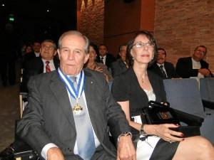 Alberto Montoya Puyana condecorado por el colegio y acompañado de su esposa Marta Muñoz de Montoya.
