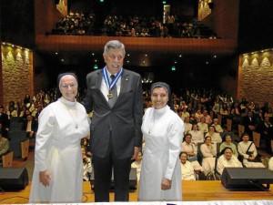 Alejandro Galvis Ramírez acompañado de la Hna. Alicia Álvarez Arenas, Superiora Provincial, y la Hna. Yanira Carrillo Figueroa.