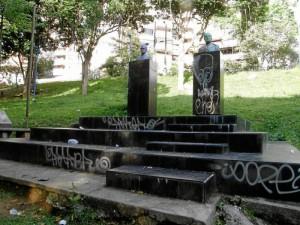 Como si no fuera suficiente con la pintura en los bustos, las bases y peldaños de las esculturas del parque Los Sarrapios fueron nuevamente pintados.