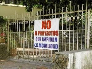 Con estos avisos en sus casas, los residentes de la zona protestan por la construcción del edificio.