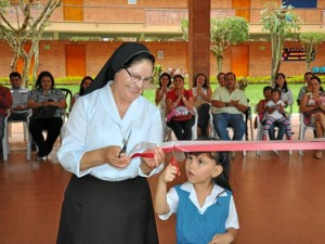La cinta fue cortada por la rectora, Hermana Yolanda Cabana y la es-tudiante Lyssa Valentina Lozano.