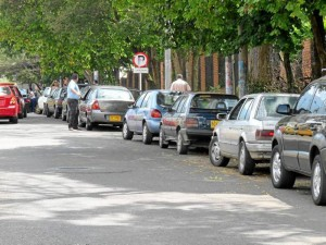 Carros estacionados en la calle 63 con carrera 28, barrio Conucos.