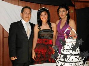 Leidy Milena Martínez y sus padres.