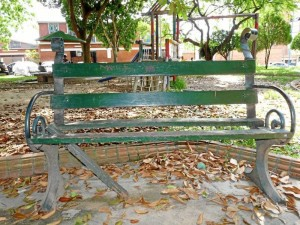 Muchas de las sillas del parque se encuentran en mal estado.