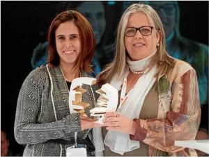 Ana Arizabaleta, directora general de la Fundación Colombianitos recibió el Trofeo de Oro de Maite Fandos, diputada de Calidad de Vida, Equidad y Deportes de Barcelona.