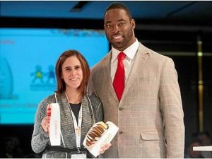 El Trofeo Comunitario fue entregado por el popular jugador de Fútbol Americano Justin Tuck.