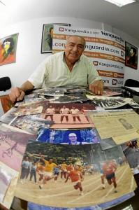 Don Gabriel  y sus fotos, la señal de toda una vida deportiva.