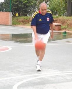 En una de sus prácticas de baloncesto en el parque San Pío.
