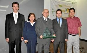 El director de la Cámara de Comercio de Bucaramanga, Juan Camilo Beltrán, la directora de la CDMB, Elvia Hercilia Páez y algunos de los ganadores.