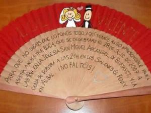 El abanico es muy original y se puede usar para diferentes propósitos como parte de la celebración o recordatorio.
