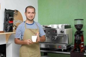 El barista José Manuel Flórez Alviar se estrena como comerciante de un café en el barrio El Prado.