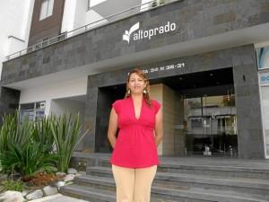 La administradora de Altoprado, Olga Jaimes, realiza un trabajo de comunicación sencillo pero importante en el edificio.