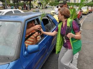 La campaña de entrega de plantas se hace en varios sectores de la ciudad.