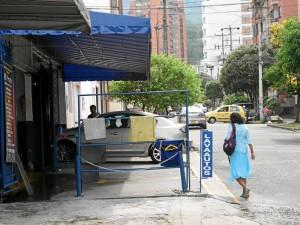 En la foto enviada por un lector se muestra a una persona bajando a la vía porque el andén está invadido.