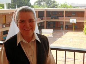 La Superior General de la congregación de Hermanas Terciarias Capuchinas de la Sagrada Familia, Hermana Yolanda de María Arriaga Ruballos, está en Bucaramanga y visitó el colegio La Merced.