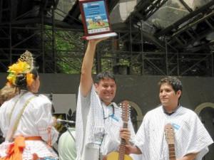 César Andrés Castro Mora como guitarrista y estudiante de música de la Unab lo acompañó en este triunfo.