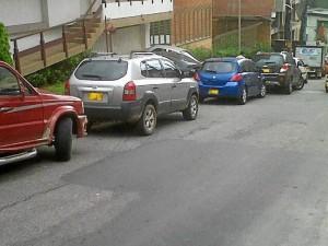 Esta foto fue enviada por un lector y muestra carros mal estacionados en la calle 51 entre carreras 38 y 39.