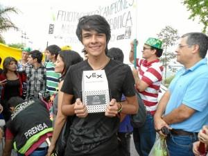 Javier con el trofeo de Campeones Nacionales de Robótica 2012.