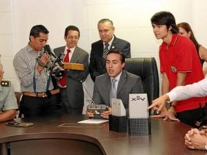 Enseñándole al gobernador Richard Aguilar a manejar el robot.