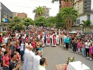 El Viacrucis del Viernes Santo también contó con la participación de los feligreses de San Pío X.