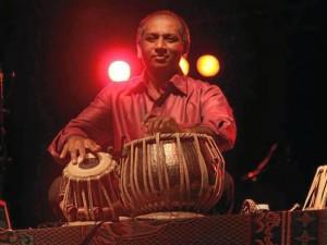 especializó en combinar la música clásica hindú con la electrónica.