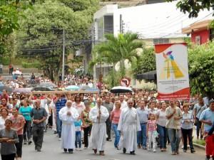 Al Viacrucis se unieron feligreses de la parroquia Sagrado Corazón de Jesús.