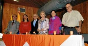 En la mesa principal del recitan estuvieron: Juvenal Fonseca, Amparo Silva, Jaime Luis Gutiérrez, Ana Patiño, Gloria Uribe de Rodríguez y José Cardona.