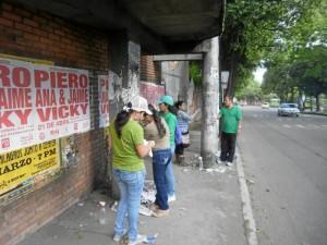 La limpieza se hizo en el puente peatonal frente al colegio La Merced (Suministradas Christian Arguello)