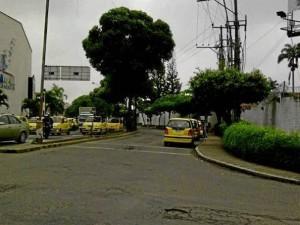 """""""Un policía de tránsito no sobra en el sector de Megamall, los taxis tienen un parqueadero por la carrera 33"""", dice @AbgJoseCarlos."""