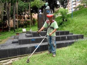 La poda del pasto también hace parte del arreglo del parque Los Sarrapios.