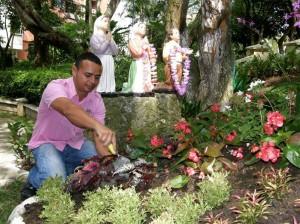 Este hombre es conocido en varios edificios y conjuntos de la zona por sus par-ticulares arreglos en los jardines.