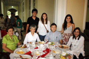 Teresa Orduña, Helena Acosta de Londoño, Hernando Londoño, María Teresa Acevedo, Camilo Eduardo Londo-ño, Laura María Londoño y María Cristina Londoño.
