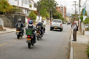 Los residentes aseguran que por el lugar es imposible cruzar la calle. (FOTO Nelson Díaz)