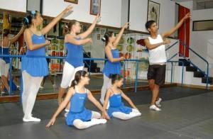 La coordinadora académica de Danzazul, Irene Carreño, docente de danza contemporánea y ballet con sus alumnas durante una clase.