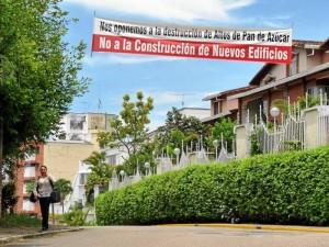 Con esta pancarta, situada en una de las calles del sector, los habitantes expresan su inconformismo por la situación.