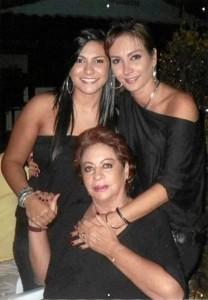 Carmen Alicia junto a su hija María Andrea y su madre Esperanza.