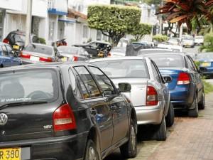 Los trancones producto del mal estacionamiento de algunos vehículos deberán empezar a cambiar en el sector con la presencia de más personal en la zona. (FOTO Archivo)