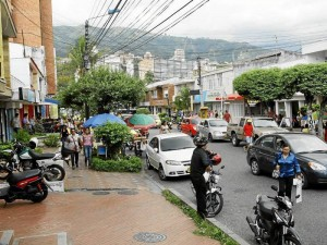 La vecina se queja que por esta calle el ruido ya no deja descansar a los residentes.