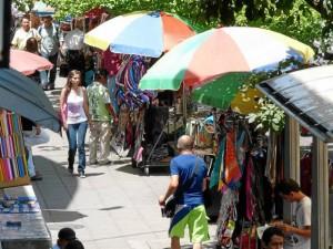 La 33 entre calles 51 y 52 es una de las más congestionadas para el peatón por el gran número de ventas de ropa, bisutería, cd y minutos.