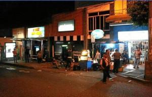 En la noche el panorama cambia un poco en el tramo entre las calles 37 y 41 donde se observan más ventas de comidas rápidas.