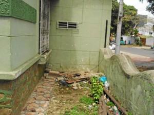 Las basuras son notorias en el rededor de esta vivienda abandonada del barrio El Prado.
