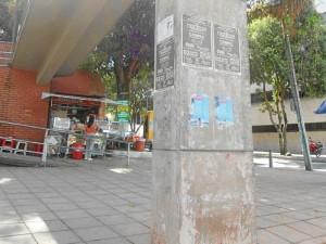Las bases del puente peatonal que comunica al Parque de los Niños con la Normal Superior también fueron ya invadidas de publicidad.