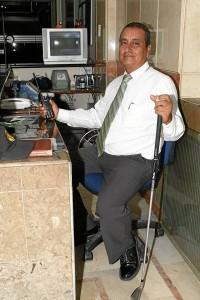 Este es Orlando Rueda en su sitio y horario de trabajo.