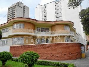 La casa de la calle 34 con carrera 28, fue propiedad de don Luis Emilio Ruiz Cardozo, ahora es de monjas.