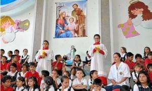 Santo Rosario por parte de niños de primaria.