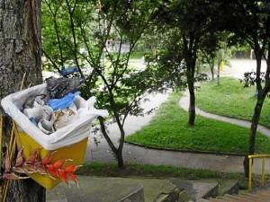 Las basuras regadas o cestas llenas de basuras son parte de las quejas de vecinos del parque de Leones.