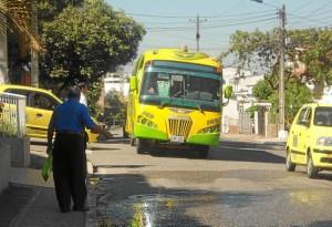 Muchos en Terrazas prefirieron esperar la ruta de bus a tomar un taxi.