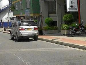 Un lector nos envió esta foto denunciando esta camioneta que además de violar el Día Sin Carro estuvo parqueada en la carrera 27 cerca de 15 minutos.
