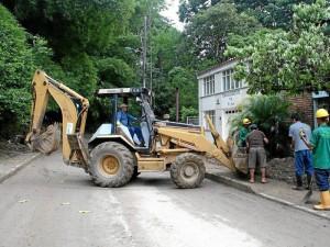 Esta semana trabajadores de la Empresa Pública de Alcantarillado de Santander, Empas, limpiaron las calles de El Jardín.